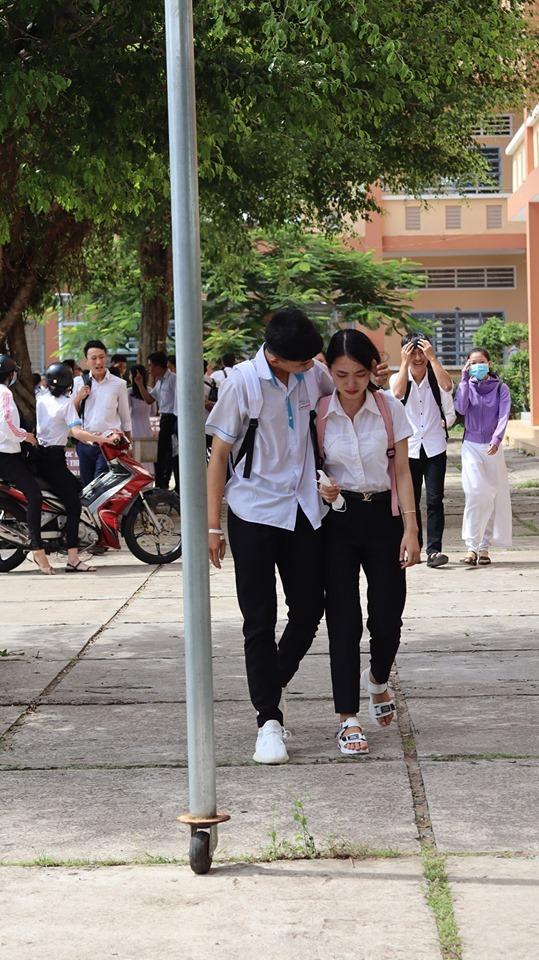 Xúc động khoảnh khắc nam sinh ôm vỗ về, động viên nữ sinh bật khóc sau buổi thi