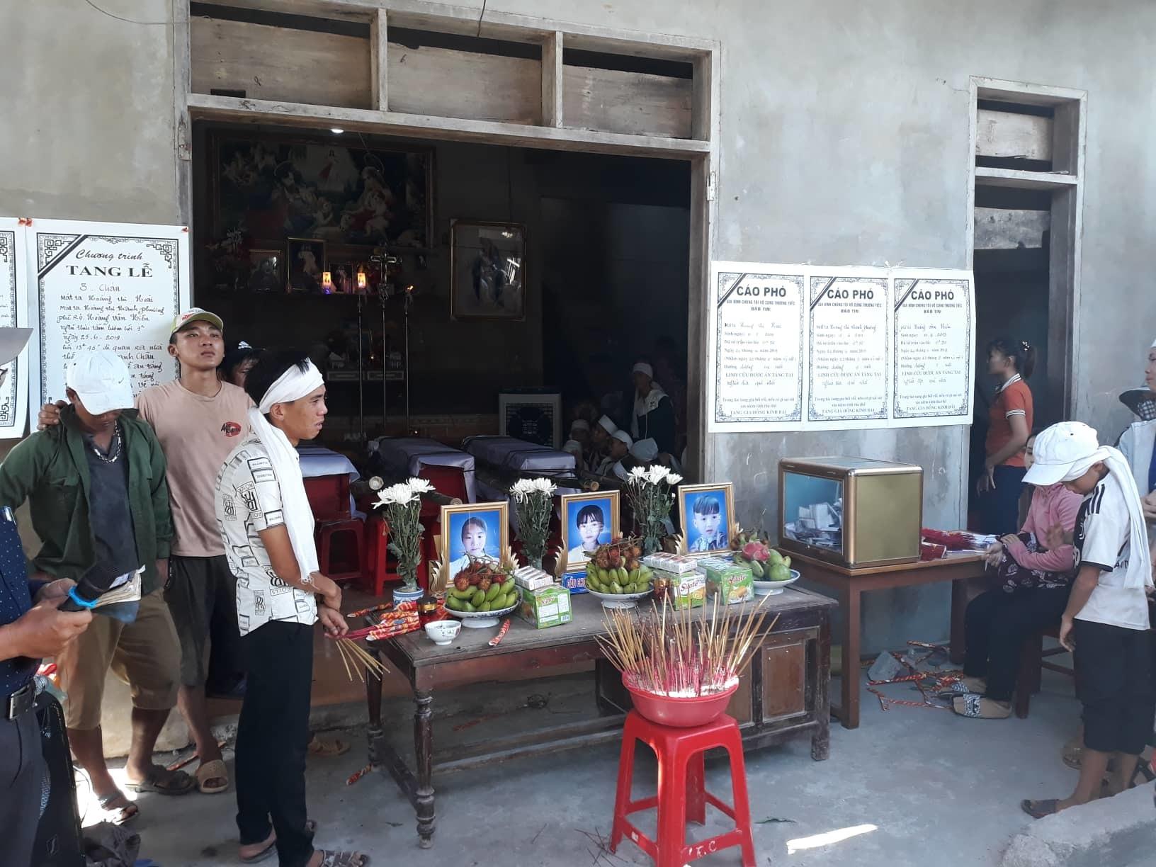 Những quan tài phủ vải trắng vụ 3 chị em chết đuối ở Quảng Bình