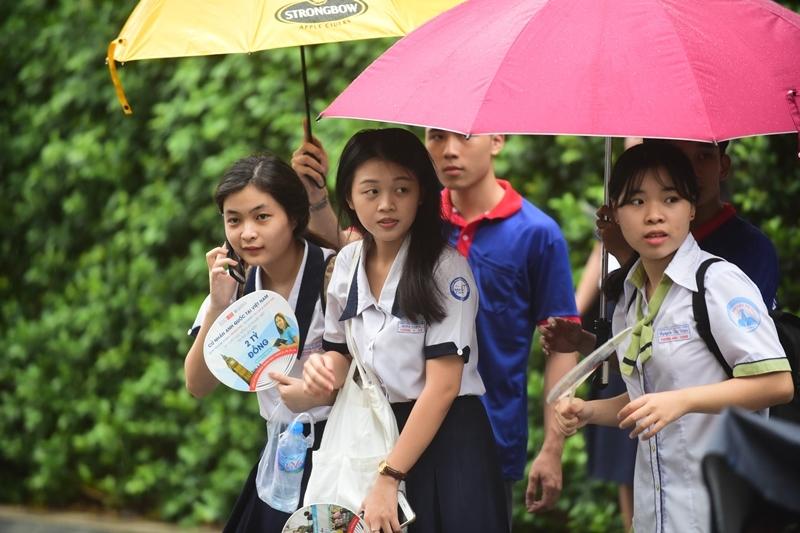 Sĩ tử Sài Gòn đội mưa ra về sau buổi thi chiều