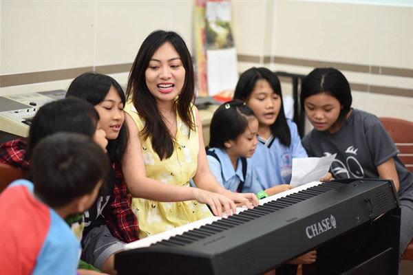 The piano lady who wings melodies to the stars