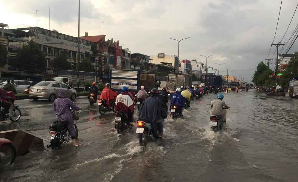 Đông Sài Gòn mưa như trút, nước chảy xiết như suối lũ trên phố