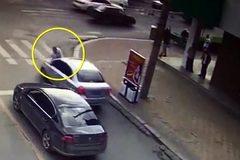 Bắt gặp vợ đi cùng trai lạ, chồng chặn xe đập phá