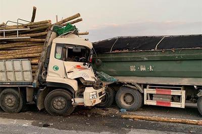 Đâm vào đuôi xe tải, 2 người chết trong ca bin ở Hà Nội