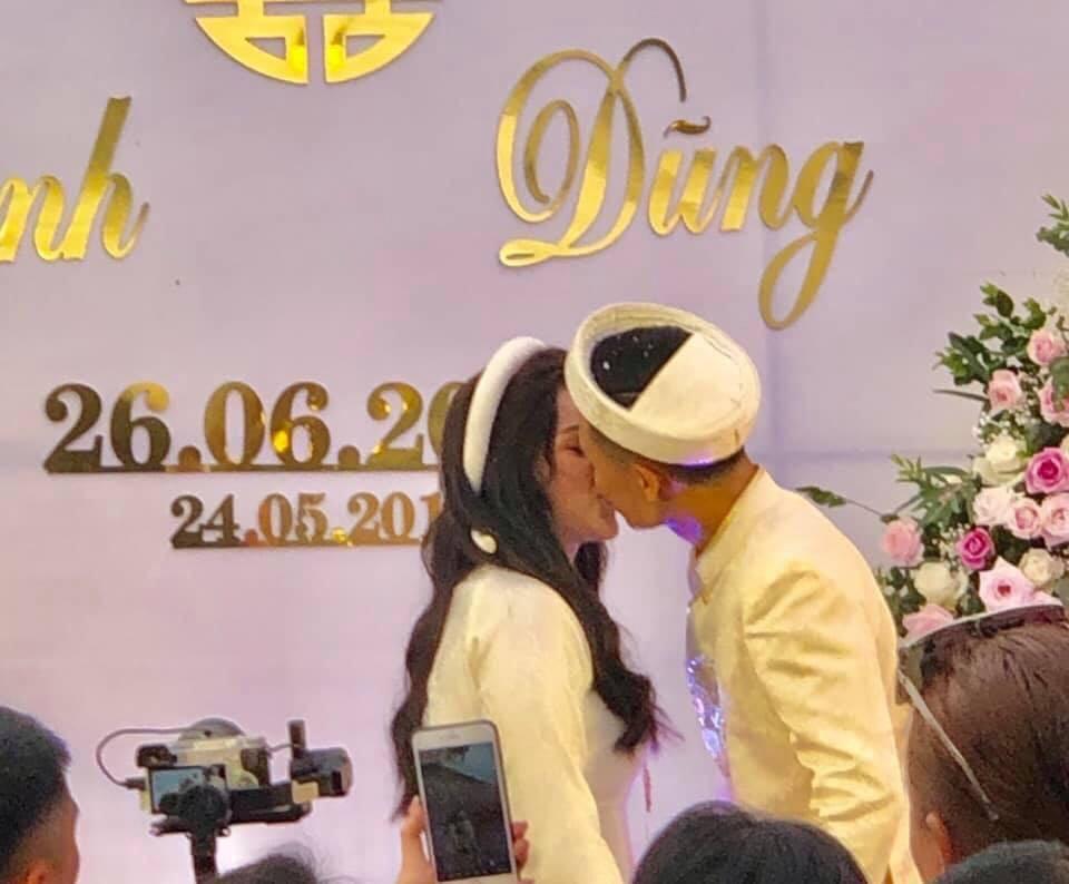 Đám hỏi hoành tráng của trung vệ Bùi Tiến Dũng và hot girl Khánh Linh