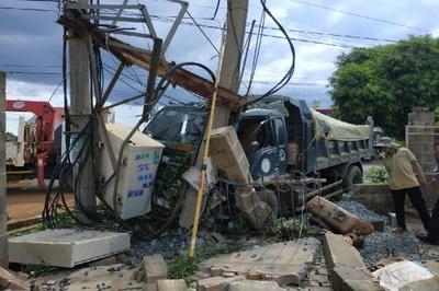 Xe tải tông liên hoàn 1 người chết, gần 600 hộ dân mất điện