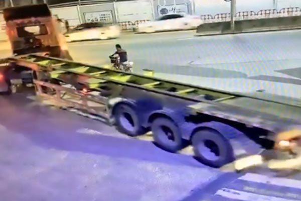 Nhờ hành động này, người đi xe đạp đã thoát chết khi bị xe tải cuốn