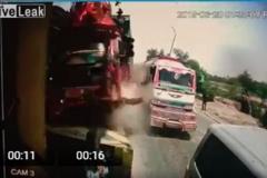Xe tải nát bét sau khi tông trụ bê tông trạm thu phí