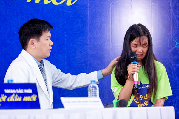 Tú Vi bật khóc khi chứng kiến cô gái biến dạng khuôn mặt vì bỏng