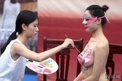 Thiếu nữ kể sự thật trần trụi về nghề người mẫu khỏa thân 'mặc' quần áo vẽ