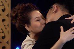 'Hotgirl thị phi' Mon 2K liên tục hôn trai trẻ trên truyền hình