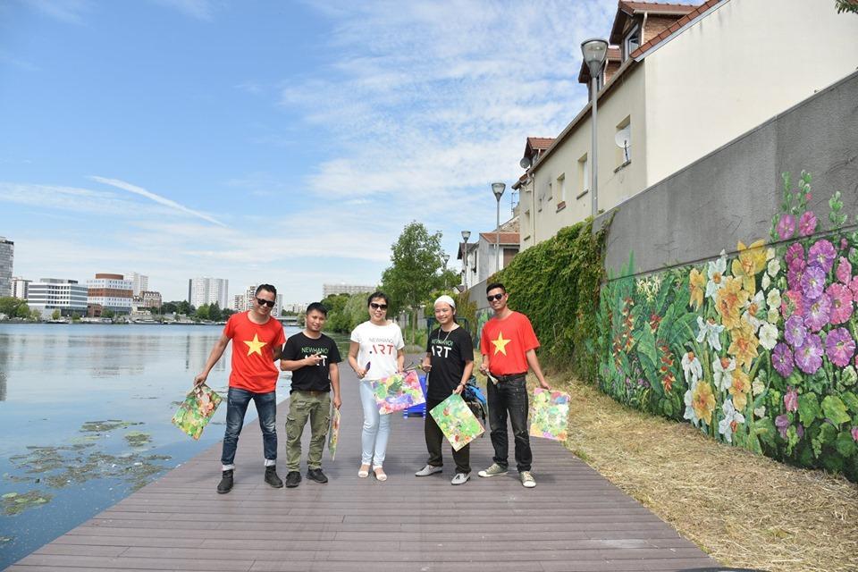 Chiêm ngưỡng bức tranh tườngMùa xuân Pháp - Việtbên dòng sông Seine