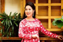 NSND Hồng Vân diện áo dài nữ tính