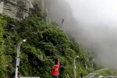 Cô gái đu dây xuống núi để giao cơm trưa cho 200 đồng nghiệp mỗi ngày