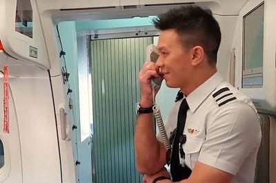Chàng phi công dễ thương gây bất ngờ cho bố mẹ trên chuyến bay TP.HCM - Singapore