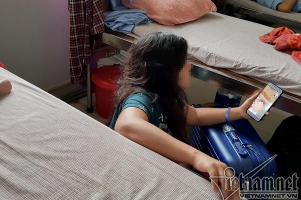 Áp lực trường chuyên, thiếu nữ tự xích chân vào bàn phải nhập viện tâm thần
