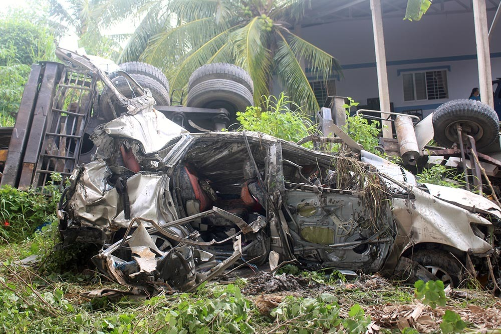 Ô tô biến dạng khủng khiếp sau tai nạn ở cầu Hàm Luông, 1 người chết