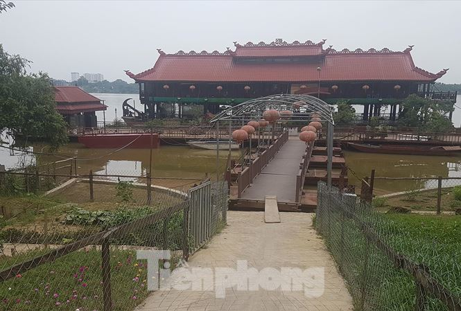 Illegal floating restaurants occupy Red River
