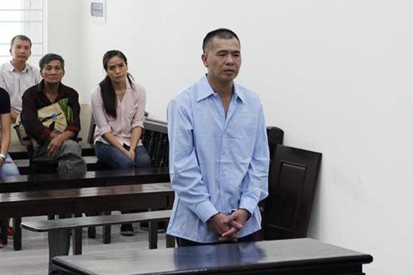 Người đàn ông ở Hà Nội vung đao chém gần lìa tay em họ