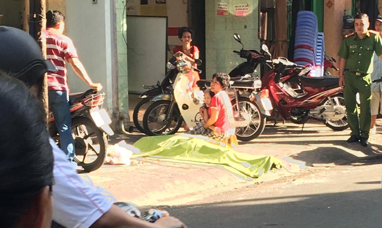 Mẹ gào khóc ôm xác con trai rơi lầu tử vong trên phố Sài Gòn