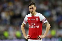 """Arsenal bất lực với """"ông kễnh"""" Ozil"""
