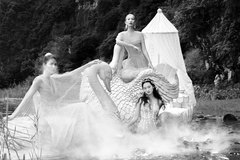 3 mẫu Việt mặc xuyên thấu chụp ảnh giữa hồ sen