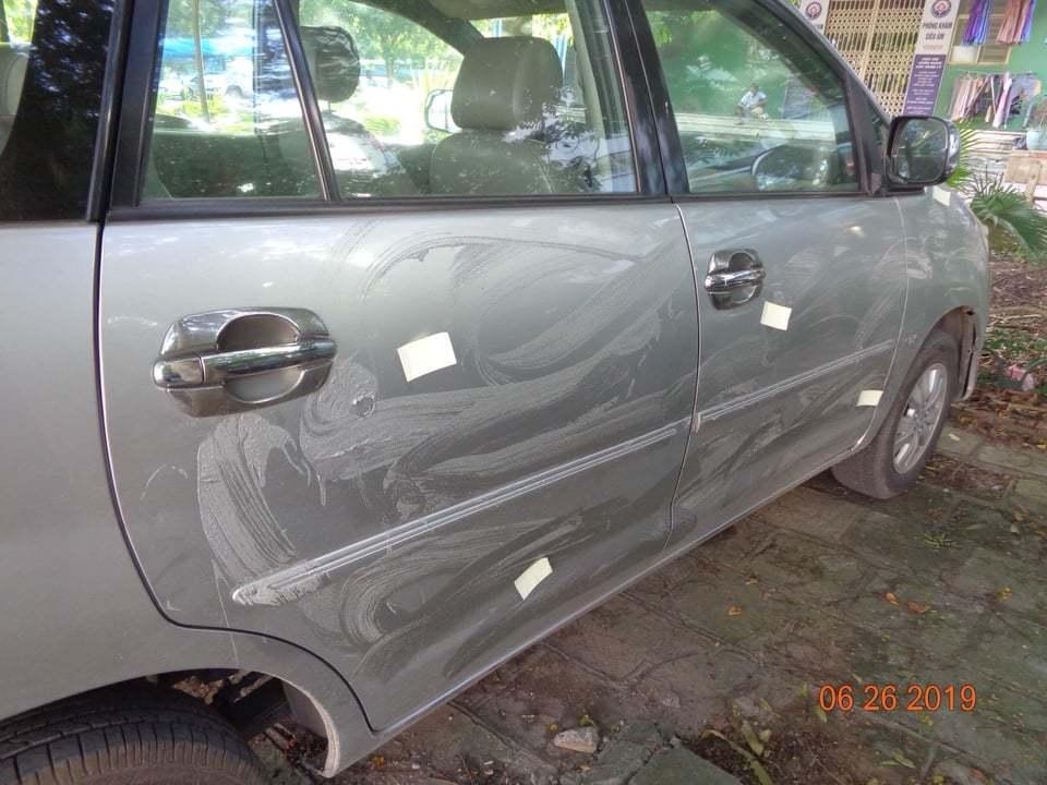 Nữ tài xế Hà Nội bức xúc thấy ô tô bị đổ hóa chất, cào nham nhở