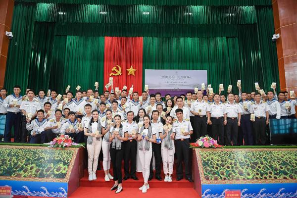 Hoàng Thùy Linh, Kỳ Duyên tặng sách quý cho chiến sĩ vùng đảo Tây Nam