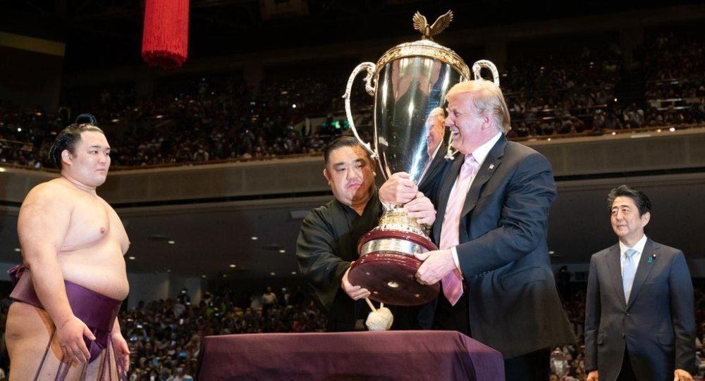 Ông Trump bất ngờ tuyên bố muốn đọ sức với nhà vô địch sumo Nhật