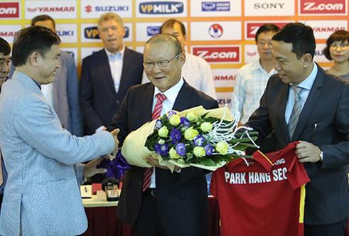 VFF lo xong tiền lương, thầy Park chờ... cú hích mới gật