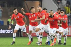 "Alexis Sanchez ""kết liễu"" Colombia, Chile bay vào bán kết"