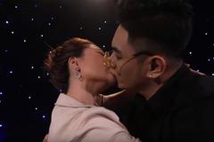 Cô gái hôn ngấu nghiến bạn trai trên truyền hình: 'Anh ấy quá trẻ, tôi không kiềm chế được'