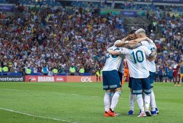 """Argentina vào bán kết, vì Messi thành """"người thừa"""""""