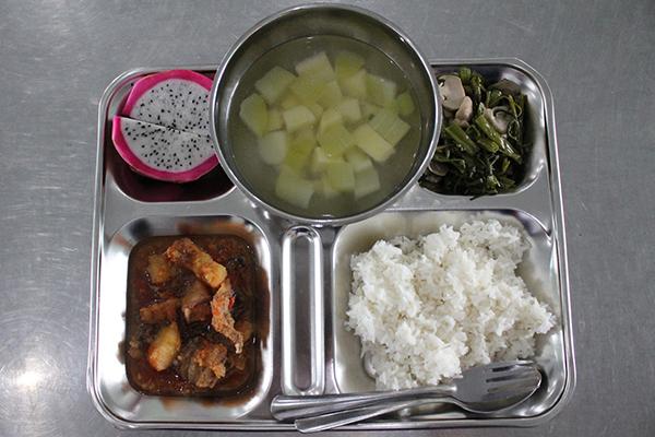 Bữa ăn học đường đặc biệt của HS bán trú Bình Dương
