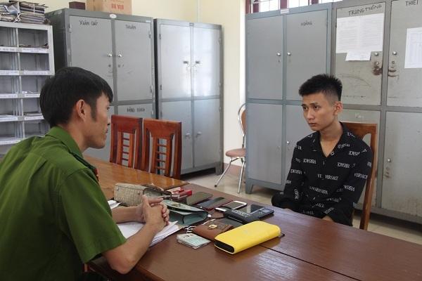 2 cô gái ở Hà Tĩnh bị kẻ bịt mặt dùng kéo uy hiếp cướp túi xách