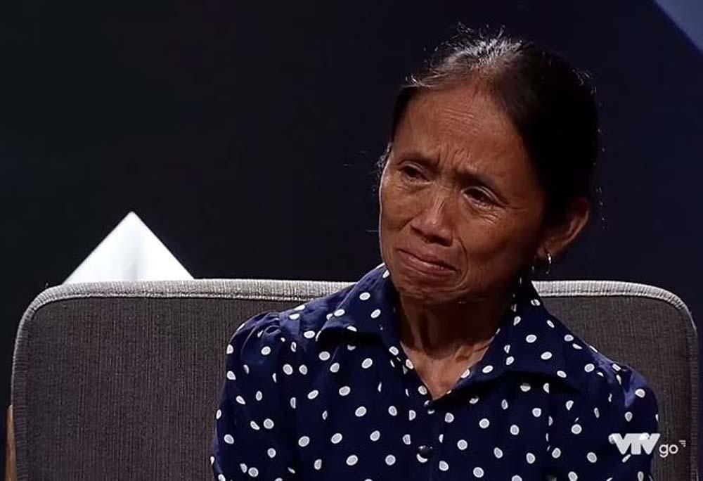 Bà Tân Vlog bật khóc nhớ những ngày cắm sổ đỏ, vay tiền chữa bệnh cho chồng
