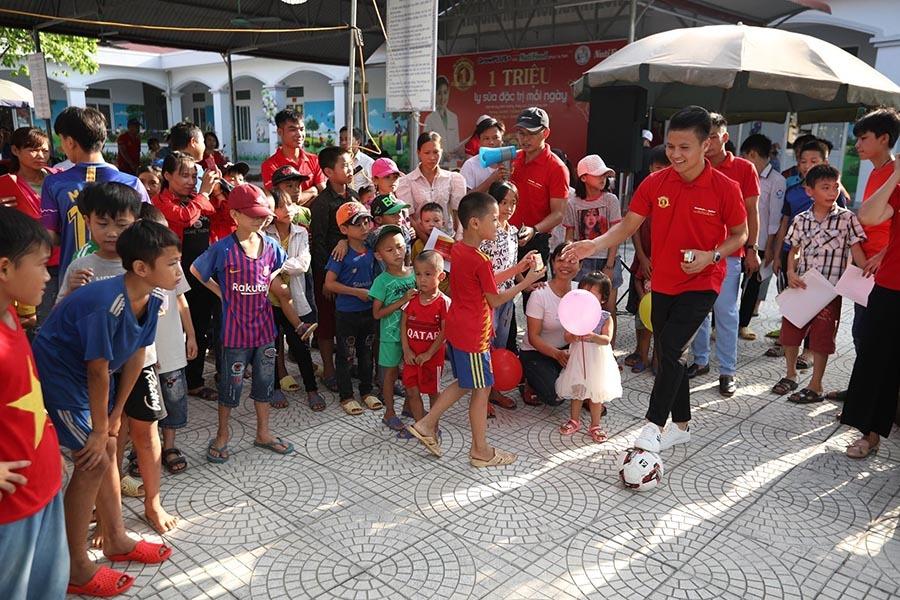 Quang Hải thắp giấc mơ bóng đá cho trẻ hoàn cảnh đặc biệt