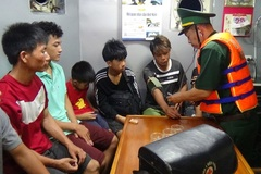 Lốc nhấn chìm tàu cá ở Quảng Bình, 8 người lênh đênh trên biển