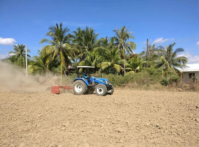 Ninh Thuan uses laser land levellers to reduce water runoff on rice fields