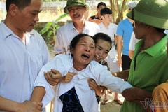 Người thân khóc ngất gọi tên chồng, con vụ chìm tàu ở Bạch Long Vĩ