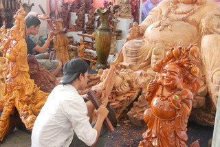My Xuyen wood carving features Hue Royal Court