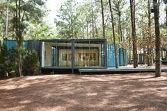 Triển lãm nghệ thuật ấn tượng trong container giữa rừng thông