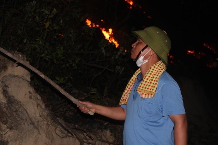 Cháy rừng Nghệ An lan sang Hà Tĩnh, lửa bén ngay sau lưng nhà dân