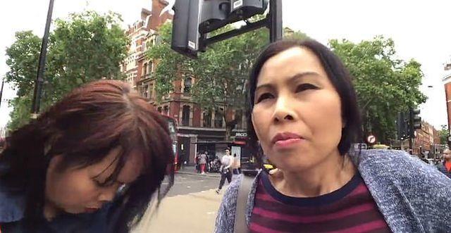 'Nữ đạo chích' móc trộm ví tiền du khách lọt vào ống kính máy ảnh