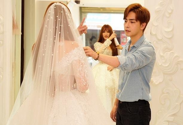 Thu Thủy cùng bạn trai kém 10 tuổi và con trai đi thử váy cưới