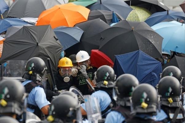 Hàng ngàn người biểu tình ở Hong Kong, đụng độ với cảnh sát