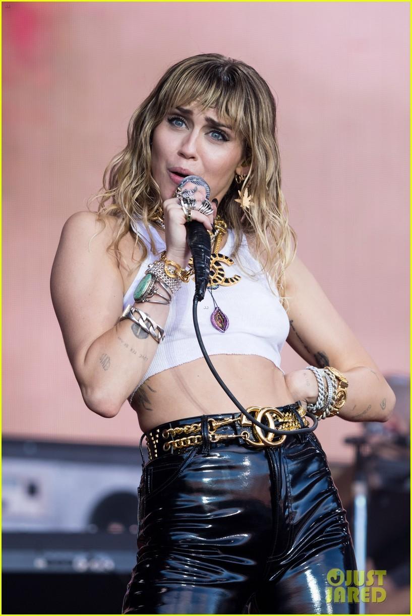 Miley Cyrus vén áo khoe ngực ngay trên sân khấu
