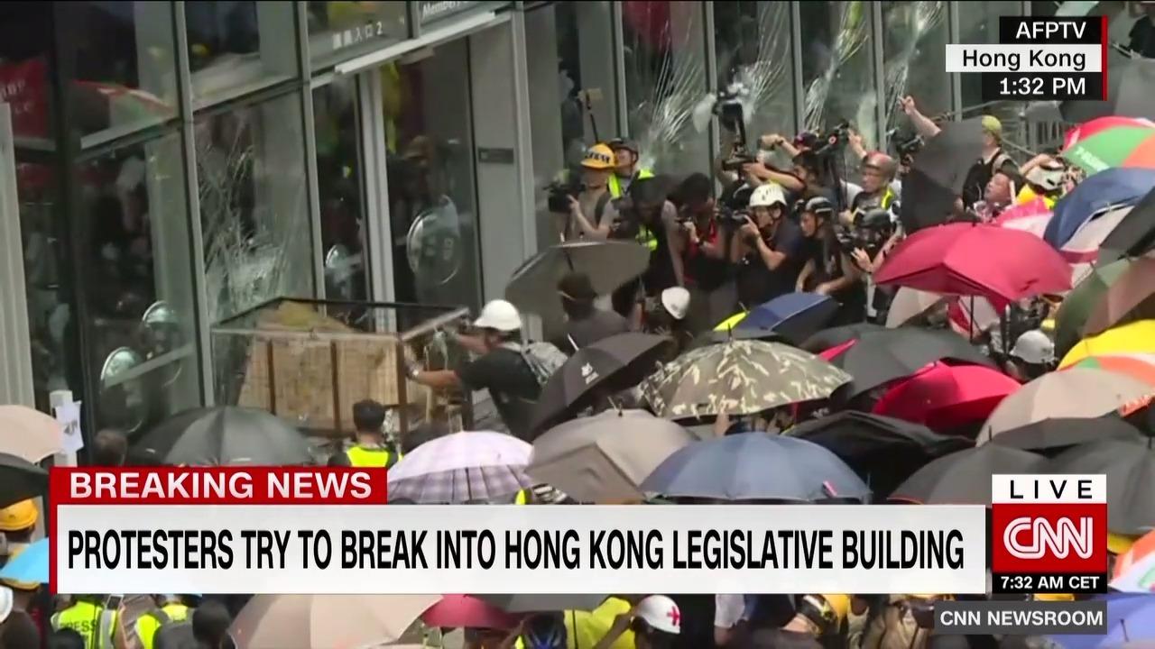 Người biểu tình đập vỡ cửa kính tòa nhà chính quyền Hong Kong