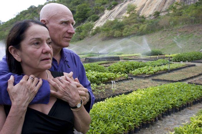 Vợ chồng nhiếp ảnh gia trồng 20 triệu cây xanh trong 20 năm