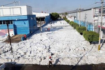 Mưa đá 'chưa từng thấy', đá ngập đường dày 2 mét giữa mùa hè