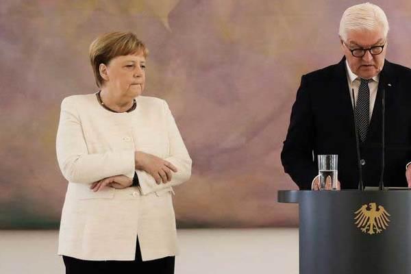 Tình báo các nước tìm lý do bà Merkel run rẩy khó hiểu